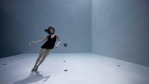Неверојатно видео: Артистка танцува под вода цели 6 минути