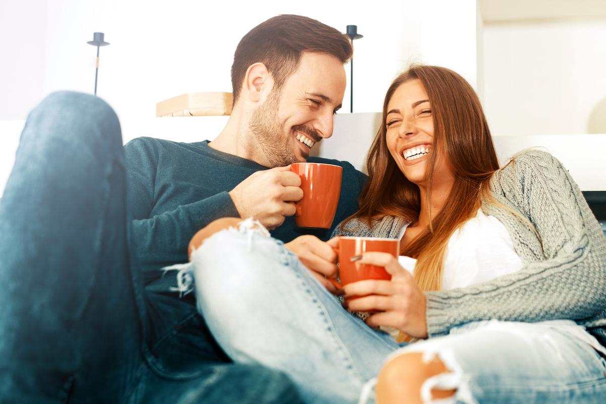 3 прашања кои треба да му ги поставувате на партнерот секој ден за да имате среќен брак