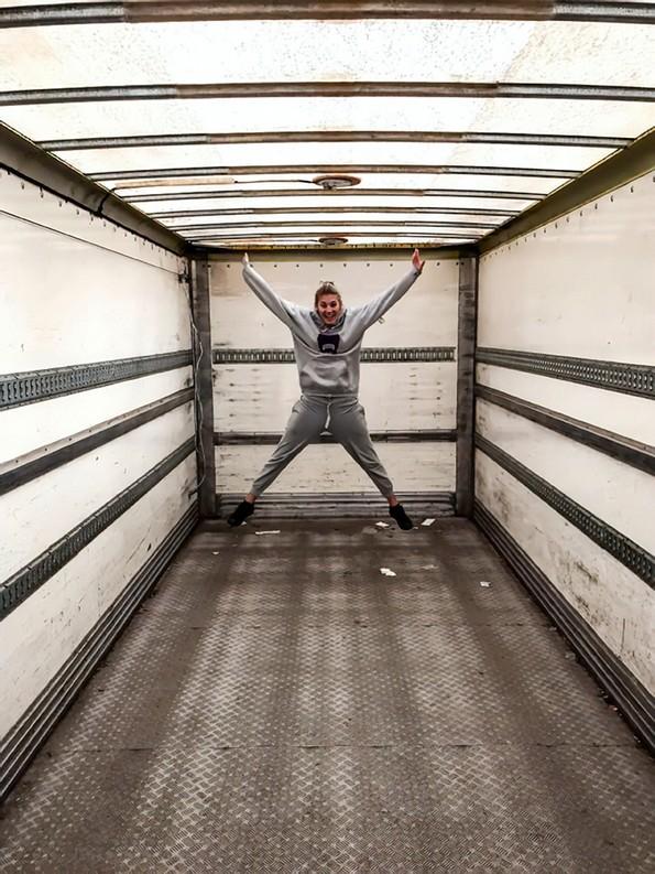 Пар претворил камион во подвижен дом што изгледа подобро од повеќето станови