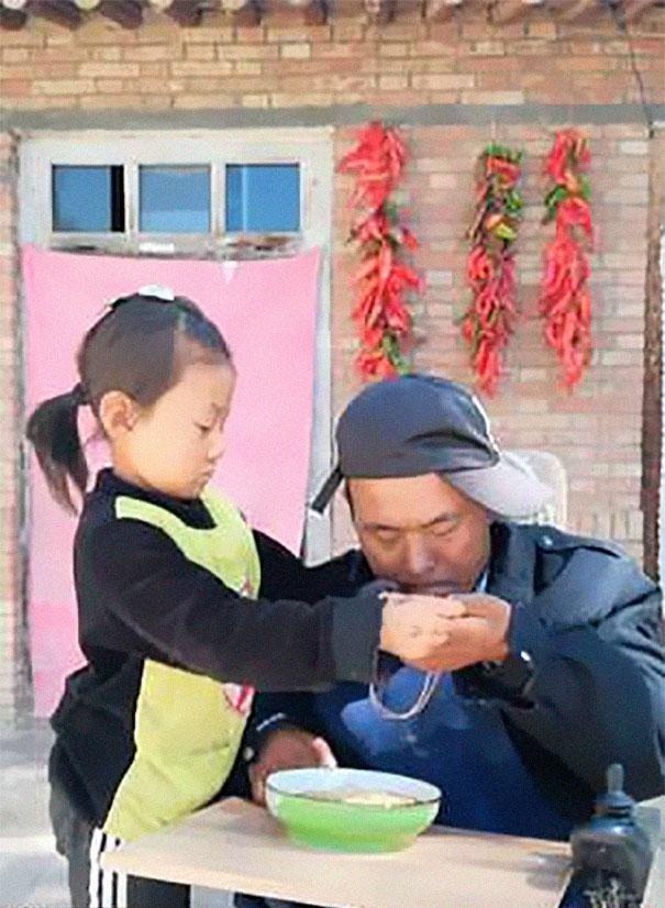 Ова девојче се грижи за нејзиниот парализиран татко, откако мајка ѝ ги напуштила