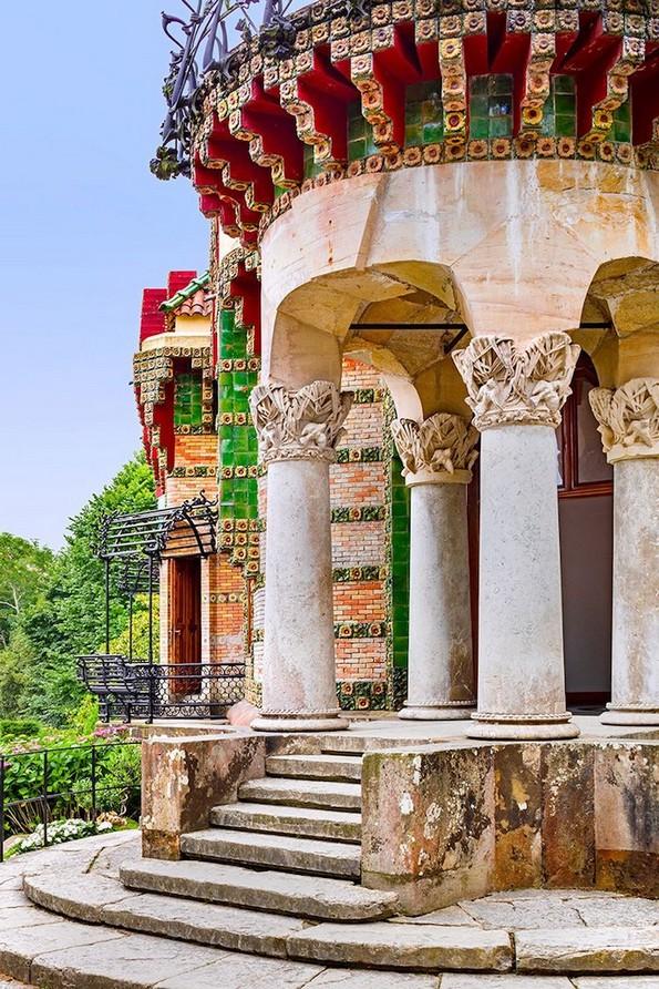 Неверојатни фотографии од живописната градба Ел Капричо на Гауди