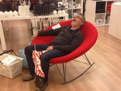 Смешни фотографии од мажи кои отишле на шопинг со нивните партнерки