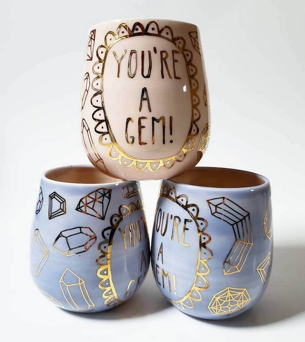 Артистка создава неверојатни шолји за кои црпи инспирација од '90-тите