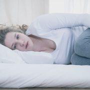 Што значи ако се разбудите чувствувајќи се депресивно без причина и што можете да направите?