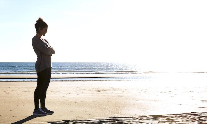 4 штетни лаги што си ги кажуваат жените кога се заглавени во токсична врска