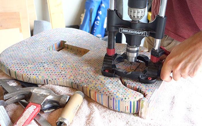 Маж направил неверојатна гитара од дрвени боички и го прикажал целиот процес на изработка