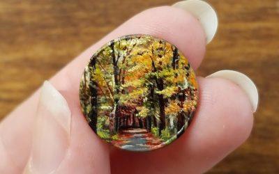 Уметница црта минијатурни слики на монети