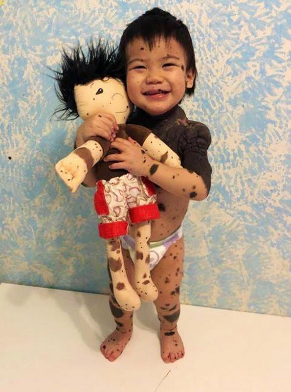 Жена прави персонализирани кукли за деца со попреченост во развојот
