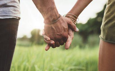 Држењето за раце со партнерот може да ја намали вашата болка