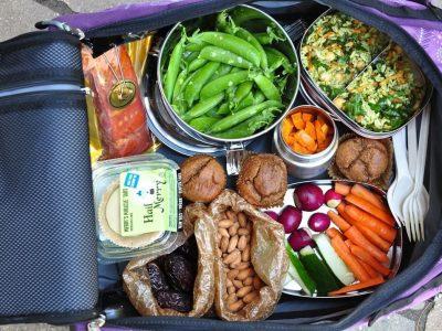 Како да се храните здраво дури и кога сте на пат?