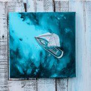 Уметница црта слики што ја слават мирната убавина на бесконечното море