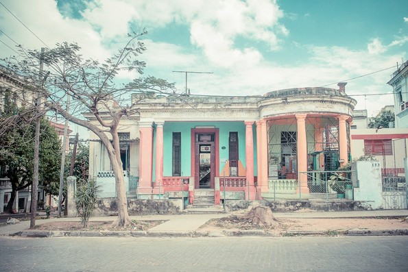Фотографии од Куба кои изгледаат како сцени од филм на Вес Андерсон