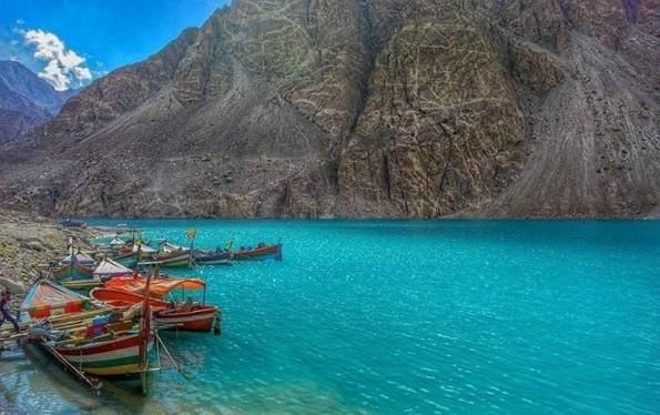 Езерото Атабад: Рајско место создадено од катастрофа