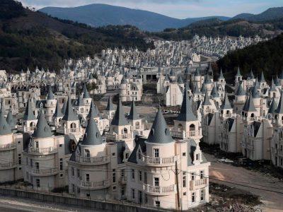 Неверојатен напуштен град со 350 копии на француски дворец