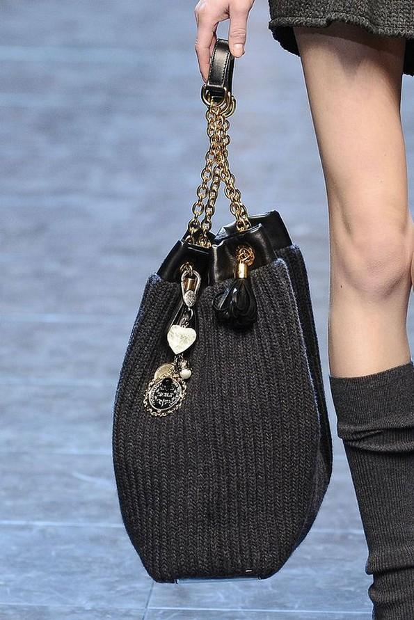 Па оваа сезона плетените торби добија многу облици и дезени и навистина е лесно да ги комбинирате со зимска облека како големи џемпери и фармерки.