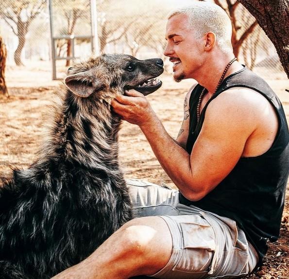 Маж од Швајцарија се откажал од кариерата за да ги спаси дивите животни во Африка