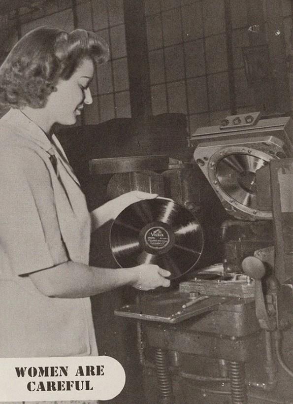 Водич од 1940-тите што им објаснува на шефовите како да се однесуваат со вработените жени