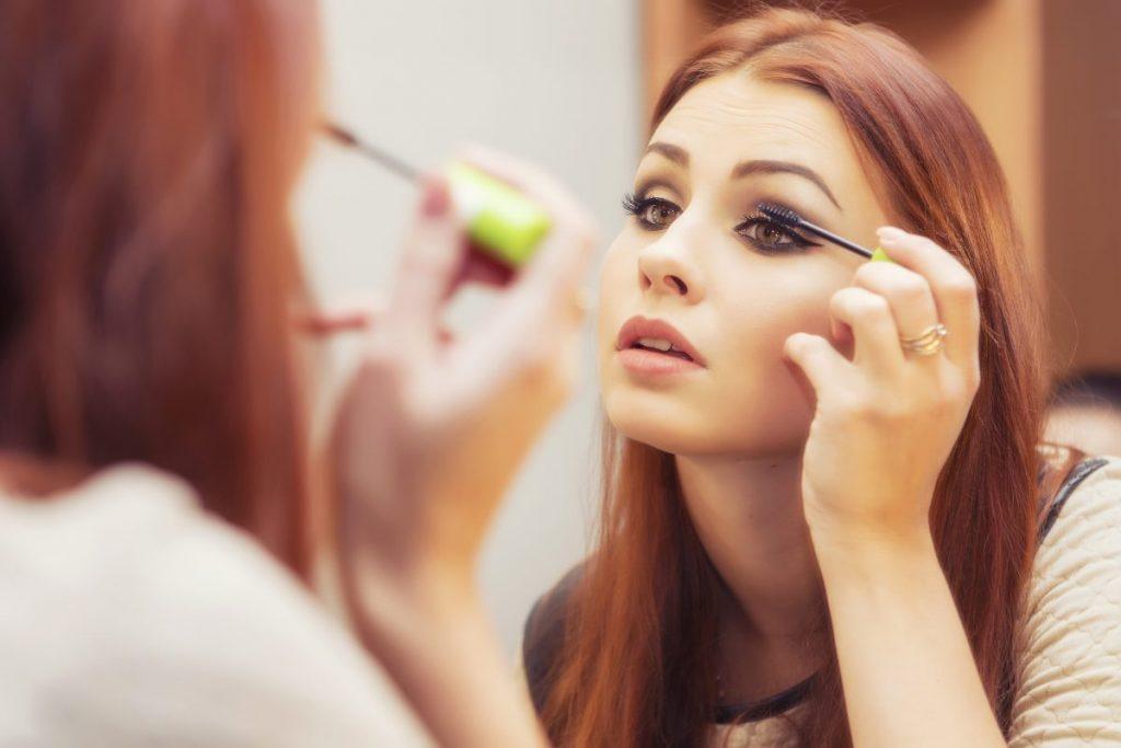 6 причини зошто да го одморите вашето лице од шминка