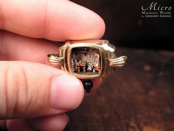 Артист претвора стари џебни часовници во минијатурни светови