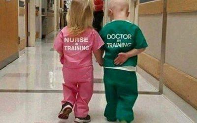 Фотографија од деца облечени како доктор и медицинска сестра предизвика бурни реакции на Твитер
