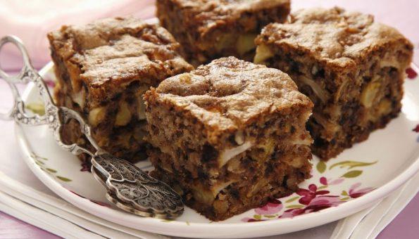Посен колач од јаболка и ореви