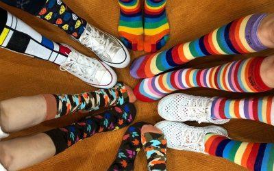 Знаете ли зошто денес сите носат шарени и различни чорапи?