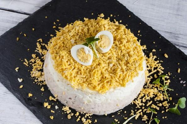 Рецепти со велигденски јајца: Богата солена торта и превкусна салата