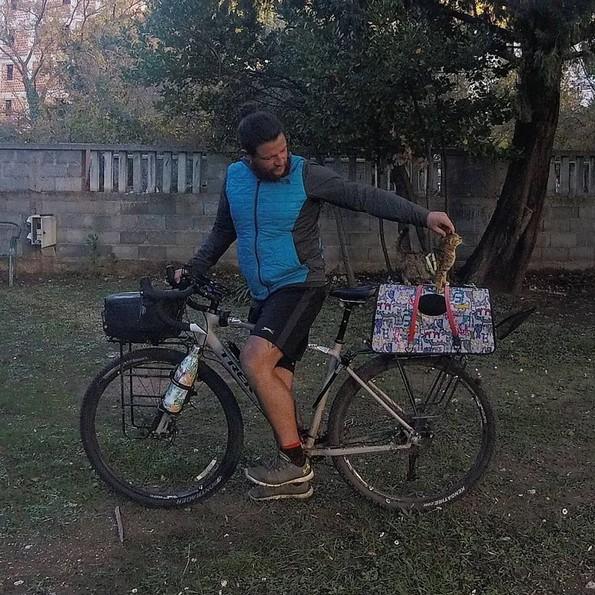 Маж патува околу светот со улично маче