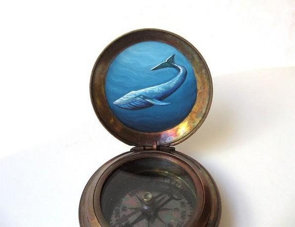 Артистка црта мали портали кон други светови на компаси и медалјони