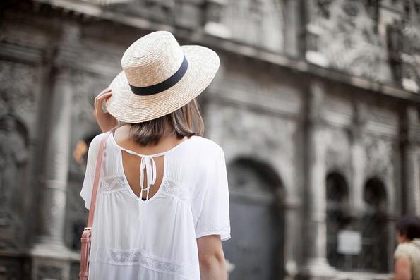 Сламен шешир: Моден детаљ што го најавува летото