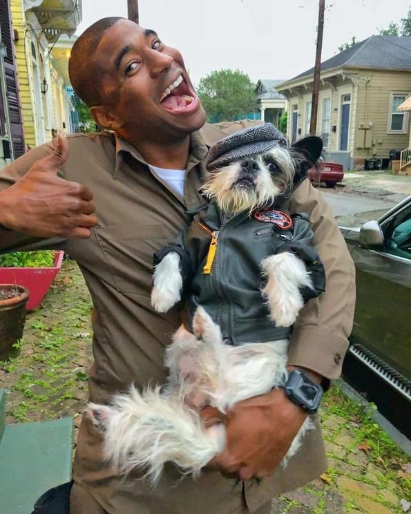 Возач од UPS се фотографира со секое куче што го сретнува на работа