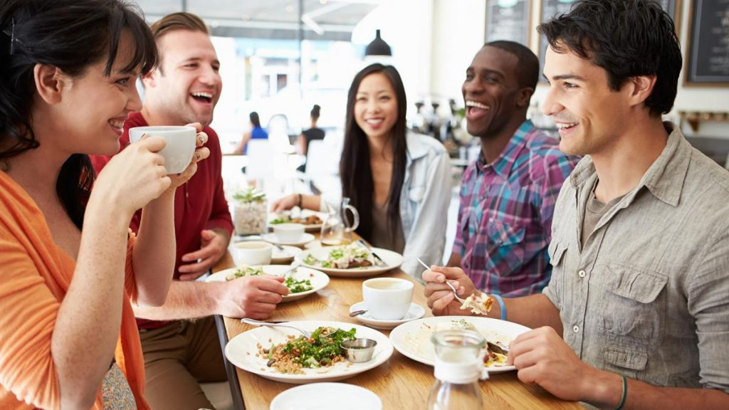 8 психолошки трикови што ќе направат веднаш да им се допаднете на другите