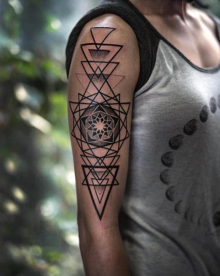 Тату артист ги претвора природните геометриски дезени во неверојатни тетоважи