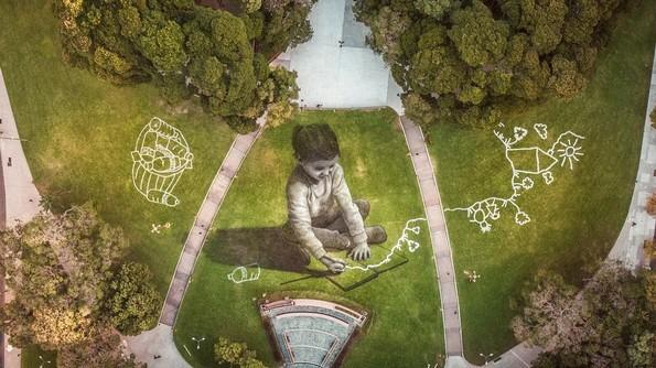 Артист слика на трева со површина од 5.200 метри квадратни користејќи биоразградлива боја