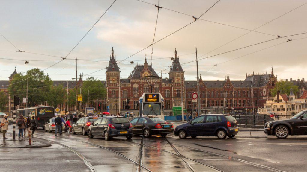 Амстердам планира да ги забрани сите неелектрични возила до 2030-та година