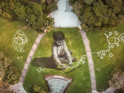 Артист слика на трева со површина од 5.200 метри квадратни, користејќи биоразградлива боја