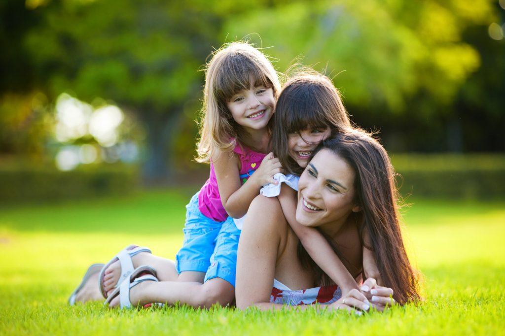 """Исповед на загрижена мајка: """"Сите ѝ кажуваат на помладата ќерка дека е убава, а постарата е сè потажна"""""""
