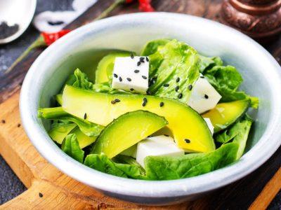 Лесна салата со краставица и авокадо