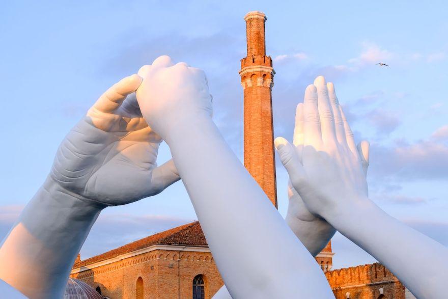 Нова импресивна скулптура во Венеција испраќа порака за единство