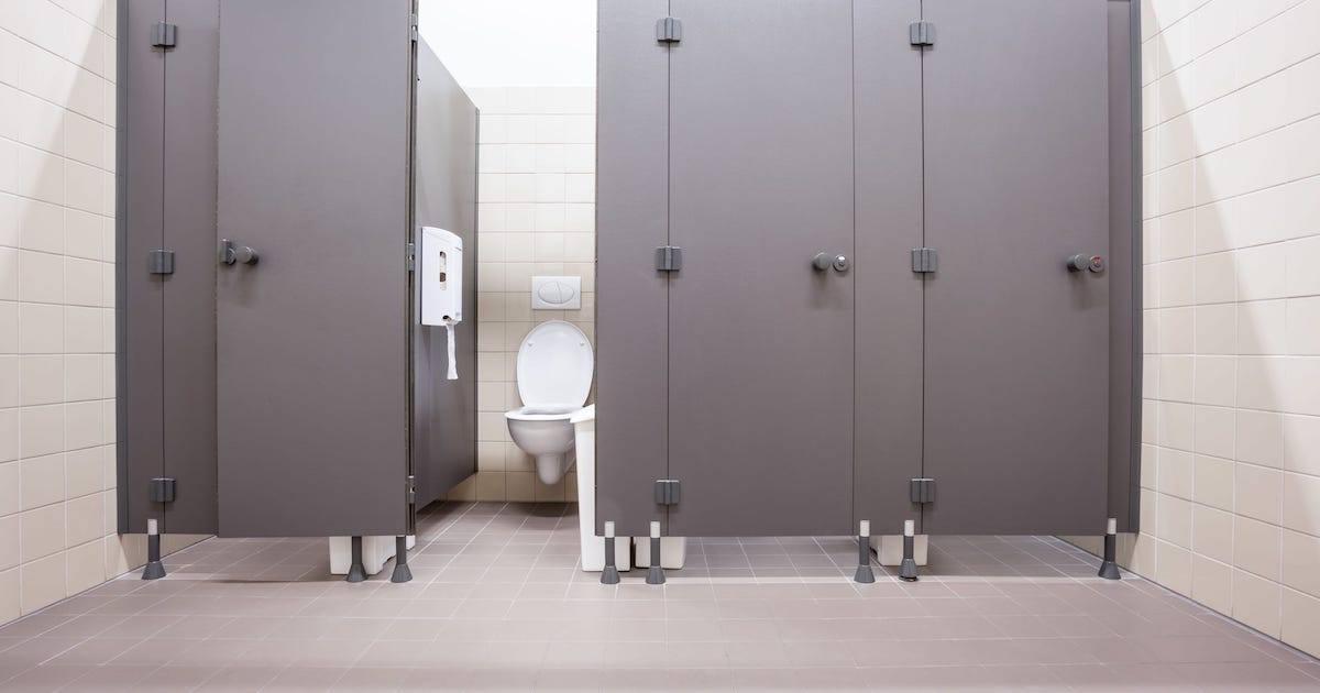 Докторите предупредуваат: Ова скоро сите го прават во јавен тоалет, а никако не би смееле