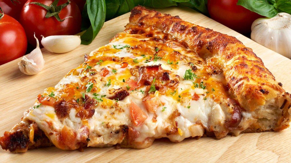 Мека, сочна и се топи во уста: Пица на брзинка за која тестото се мати со миксер