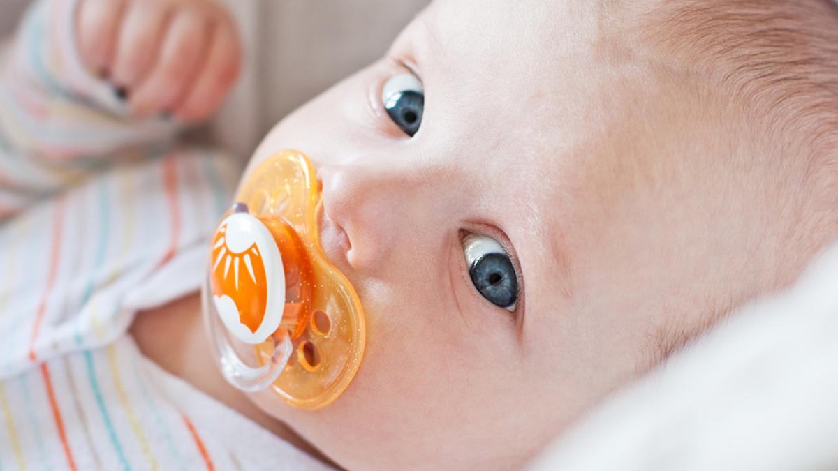 """Стоматолозите откриваат: Кога е време детето да ја """"фрли"""" цуцлата?"""