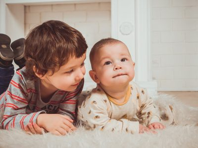 Како да ги научите децата да бидат позитивни: Секој родител треба да ги направи овие чекори!