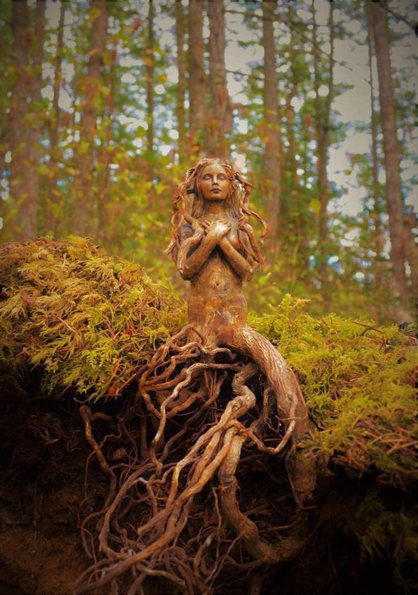 (2) artist-transformira-drva-vo-fantastichni-skulpturi-koi-izgledaat-kako-duhovi-na-prirodata