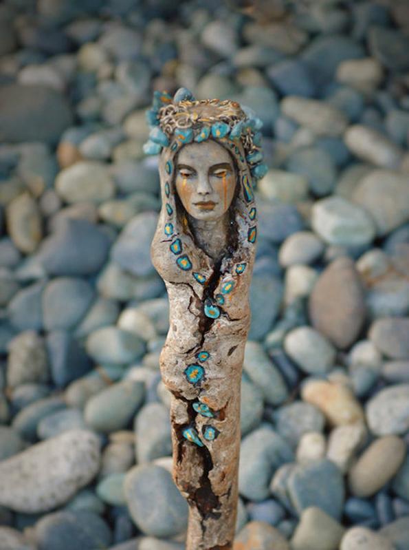 (3) artist-transformira-drva-vo-fantastichni-skulpturi-koi-izgledaat-kako-duhovi-na-prirodata