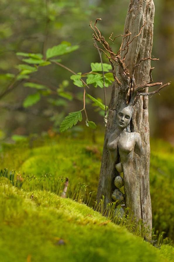 (5) artist-transformira-drva-vo-fantastichni-skulpturi-koi-izgledaat-kako-duhovi-na-prirodata