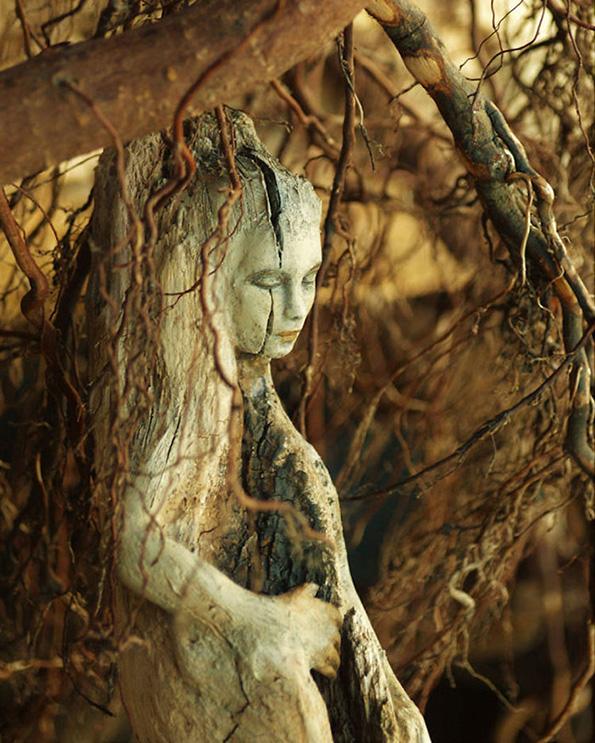 (7) artist-transformira-drva-vo-fantastichni-skulpturi-koi-izgledaat-kako-duhovi-na-prirodata