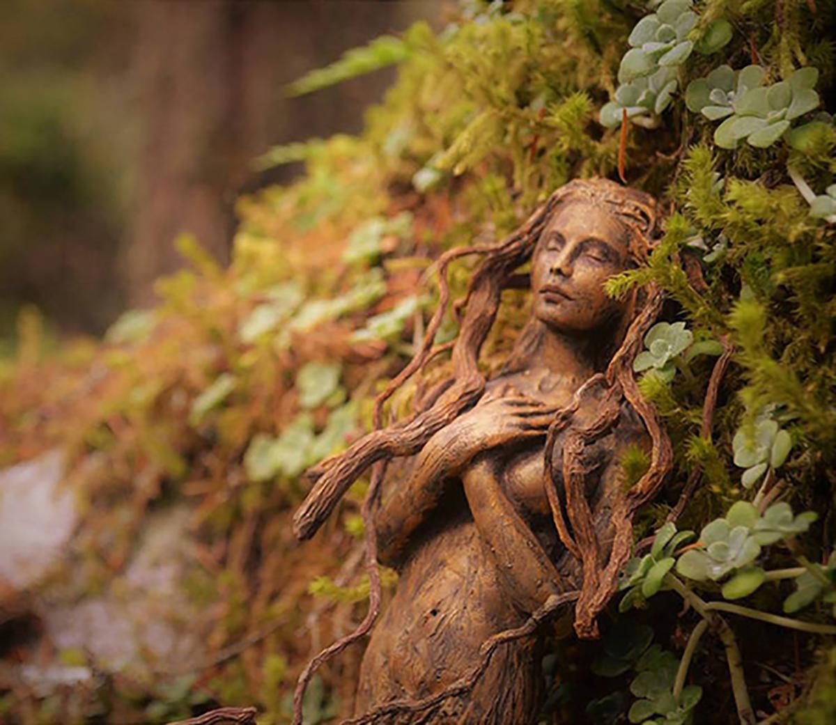 (9) artist-transformira-drva-vo-fantastichni-skulpturi-koi-izgledaat-kako-duhovi-na-prirodata