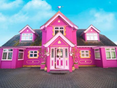 """Како во земјата на чудата: Розе куќичка со """"еднорог"""" градина што може да се изнајмува"""