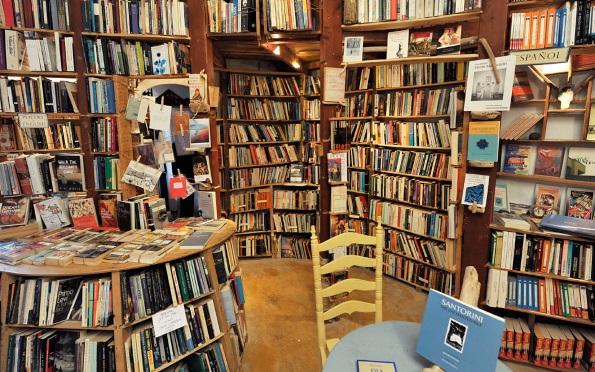 Погледнете ја оваа прекрасна книжарница на отворено во Санторини